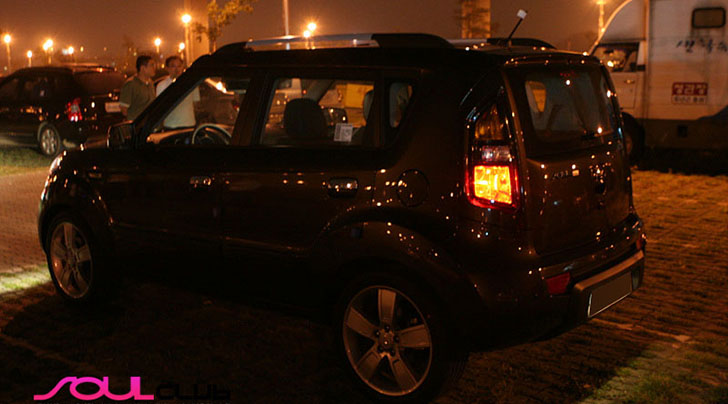 Pictures Of Kia Soul In Java Brown Color (At Night)