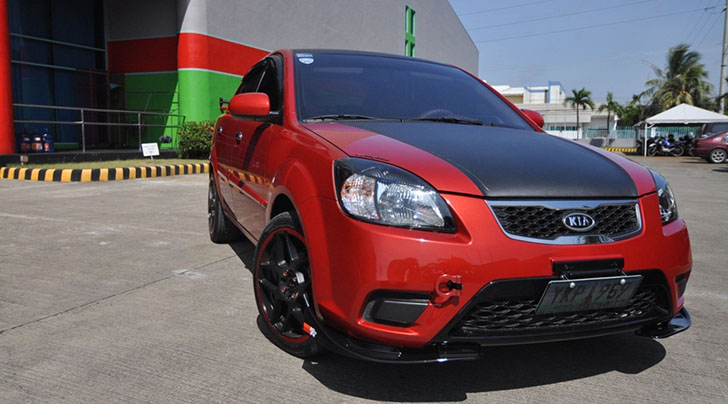 Tricked Out Kia Rio With 17″ Alloys, Racing Exhaust And Carbon Fibre Vinyl Wrap