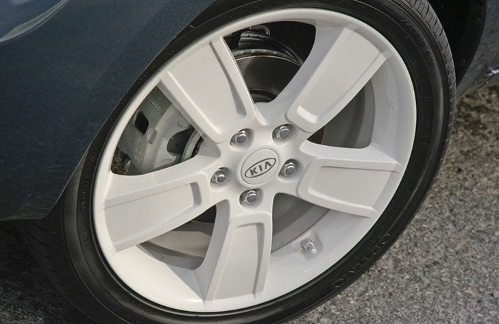 Kia Soul Denim comes available with white painted 18-inch alloy wheels.